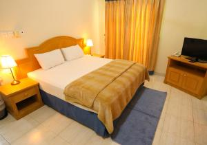 A bed or beds in a room at Al Shorouq Hotel Apartments
