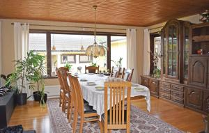 En restaurang eller annat matställe på Holiday Home Vallda with a Fireplace 04