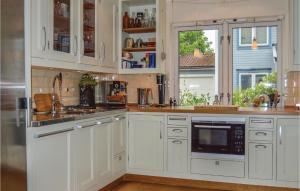 Ett kök eller pentry på Two-Bedroom Holiday Home in Gustavsberg
