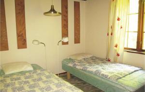 Säng eller sängar i ett rum på Three-Bedroom Holiday Home in Hollviken