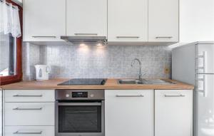A kitchen or kitchenette at Two-Bedroom Apartment in Porec
