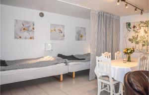 Säng eller sängar i ett rum på One-Bedroom Holiday Home in Hollviken