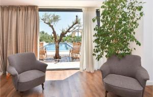 Ein Sitzbereich in der Unterkunft Holiday Home Kastel Luksic with Sea View III