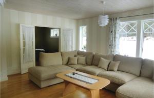 En sittgrupp på Five-Bedroom Holiday Home in Tranas