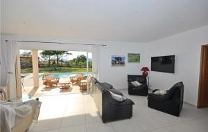 A seating area at Holiday Home Chemin 18