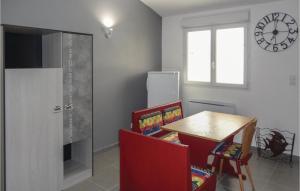 Télévision ou salle de divertissement dans l'établissement 0-Bedroom Apartment in Le Pouget