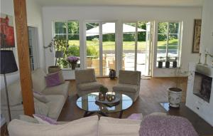 En sittgrupp på Four-Bedroom Holiday Home in Enebyberg
