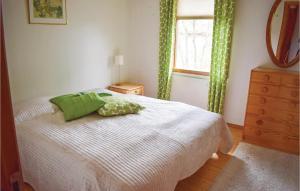 Säng eller sängar i ett rum på Three-Bedroom Holiday Home in Strandbaden
