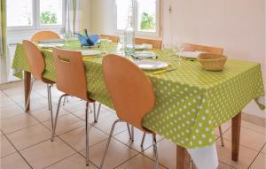 Restaurant ou autre lieu de restauration dans l'établissement Three-Bedroom Holiday Home in Le Bourg-Dun