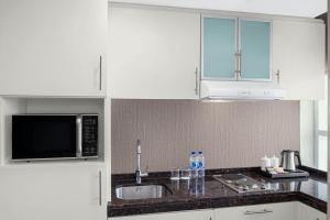 Η κουζίνα ή μικρή κουζίνα στο Leva Hotel and Suites, Mazaya Centre
