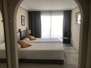 Een bed of bedden in een kamer bij HOTEL EL SULTAN MARBELLA