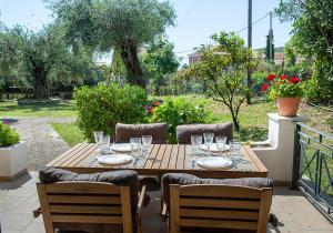 A restaurant or other place to eat at Villa Rita & Helena