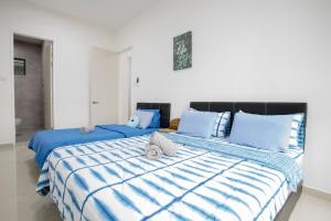 A bed or beds in a room at Riverside Vacation Condo