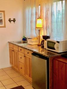 Una cocina o zona de cocina en Lovely Lanikai Studio, Legal Vacation Rental