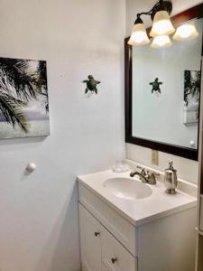Un baño de Lovely Lanikai Studio, Legal Vacation Rental