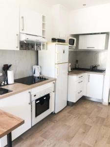 A kitchen or kitchenette at Les Tamaris