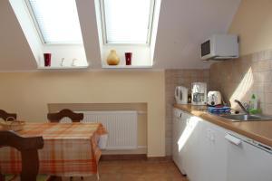 A kitchen or kitchenette at Ferienwohnung Oleanderhof