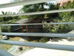 Výhľad na bazén v ubytovaní Prenájom izieb v Stupave . alebo v jeho blízkosti