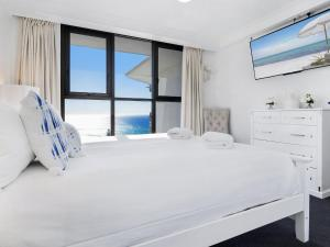 A bed or beds in a room at Acapulco 2 Bed Ocean View Surfers Paradise