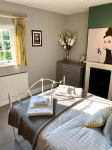 A bed or beds in a room at Town Centre Stratford Upon Avon Sonnet Cottage