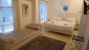 A bed or beds in a room at 4 on Highworth Apartments and Studios