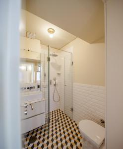 A bathroom at Aparthotel Oporto Alves da Veiga