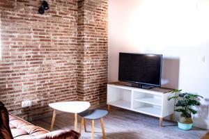 Una televisión o centro de entretenimiento en Atico con vistas