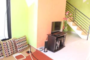 A television and/or entertainment centre at Vino House