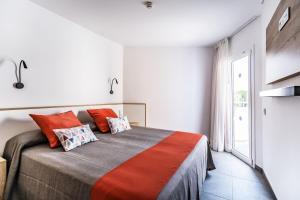 A bed or beds in a room at Apartamentos Sunway Apollo