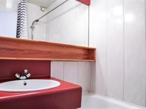 A bathroom at Apartment La Balme.4