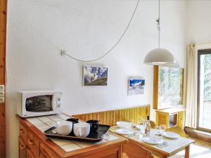 A restaurant or other place to eat at Apartment La Balme.4
