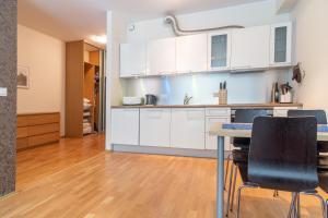 ครัวหรือมุมครัวของ Dream Stay - Cozy open bedroom apartment near Noblessner