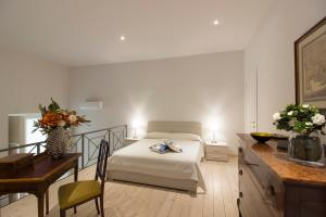 A bed or beds in a room at Palazzo d'Auria ApartHotel
