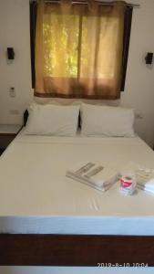 Кровать или кровати в номере Jalyn's Resort