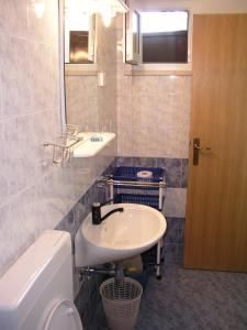 A bathroom at Apartments Bajo