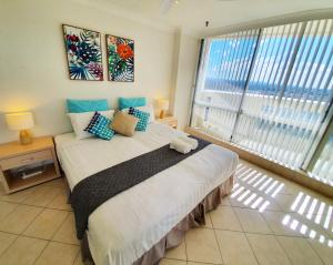 A bed or beds in a room at 2BR EPIC Beachfront Views ★Pool★Gym★Wifi★Wine★Spa