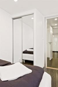 A bed or beds in a room at Peak Apartments