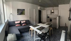 A seating area at Gîtes de Tournai - Les carrières