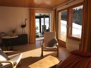 Ein Sitzbereich in der Unterkunft Chalet Les 4 Feuilles