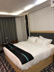 سرير أو أسرّة في غرفة في منتجع بيوتات للعائلات فقط