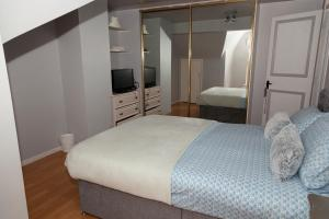 A bed or beds in a room at Mary's place