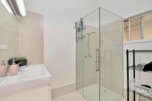 A bathroom at 3/3 Murraba Street