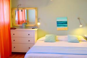 A bed or beds in a room at Simatos Apartments & Studios