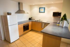 A kitchen or kitchenette at Northpoint Holiday Apartments
