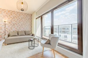 A seating area at Rent like home - River City Apartments