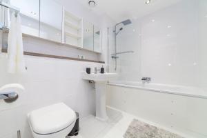 Ein Badezimmer in der Unterkunft Stunning Spacious 2 Bed 2Bath Kensington SW7 Apartment