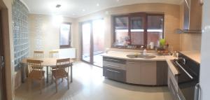 Cuisine ou kitchenette dans l'établissement G House