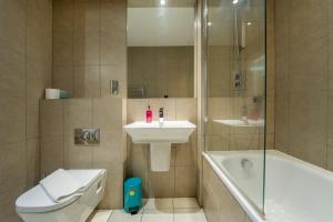 A bathroom at Greenwich Two Bedroom Apartments