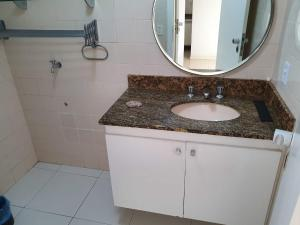 A bathroom at Apartamento no Ondina Apart Hotel