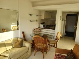 A seating area at Apartamento no Ondina Apart Hotel